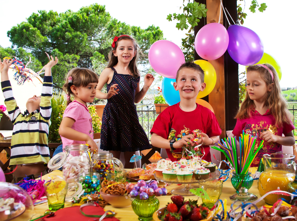 Children eat cupcakes at a birthday party.