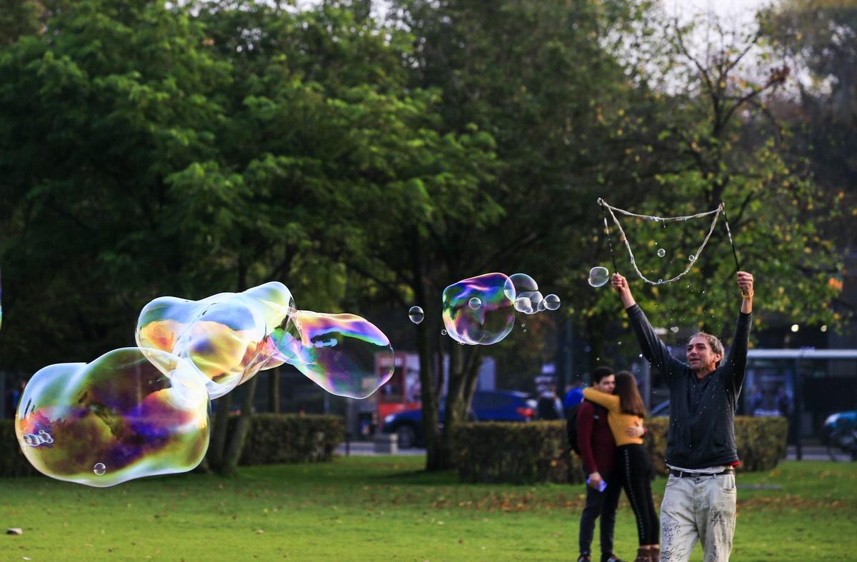 kids making giant soap bubbles in berlin