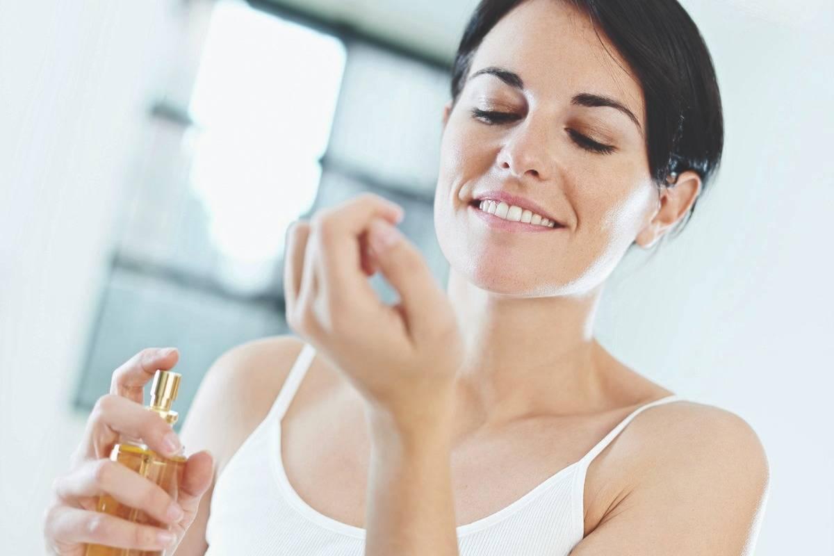 vsl-perfume-woman-applying