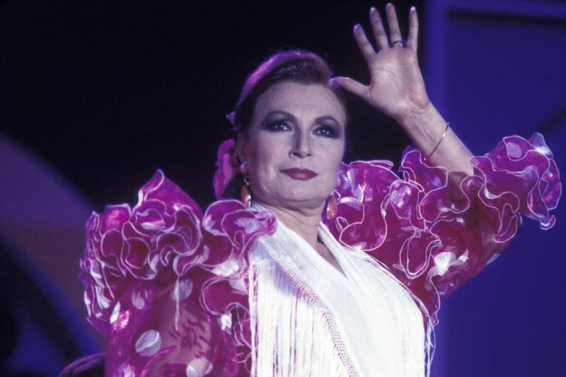 rocio-jurado-during-concert-waving